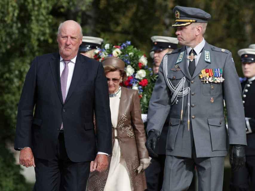 El rey Harald camina seguido de su esposa.