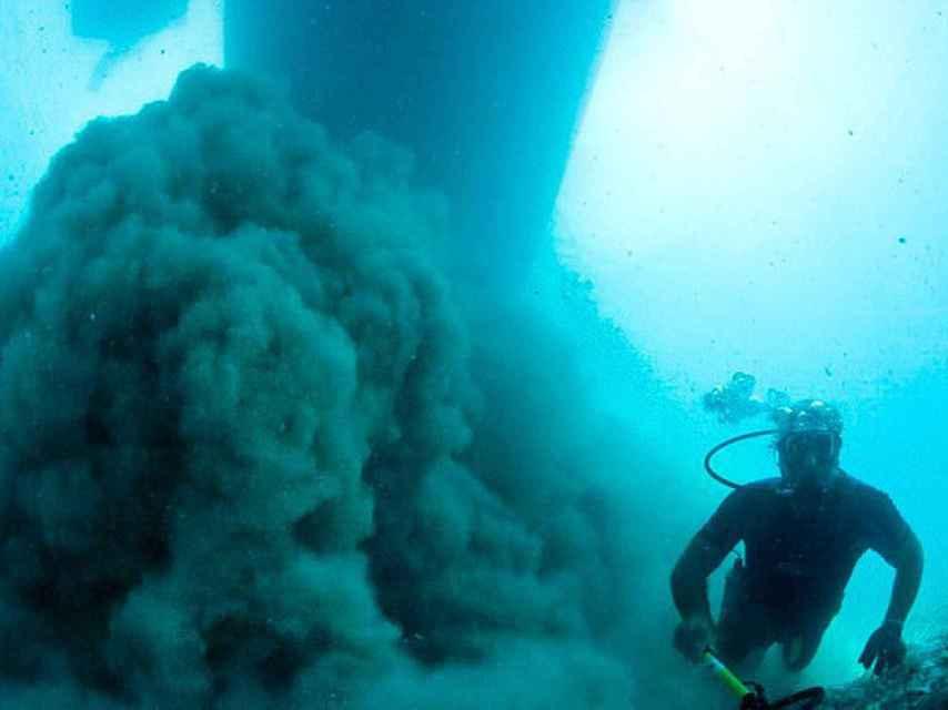 Las máquinas de extracción que se utilizan para remover la arena destrozan los restos de los barcos.