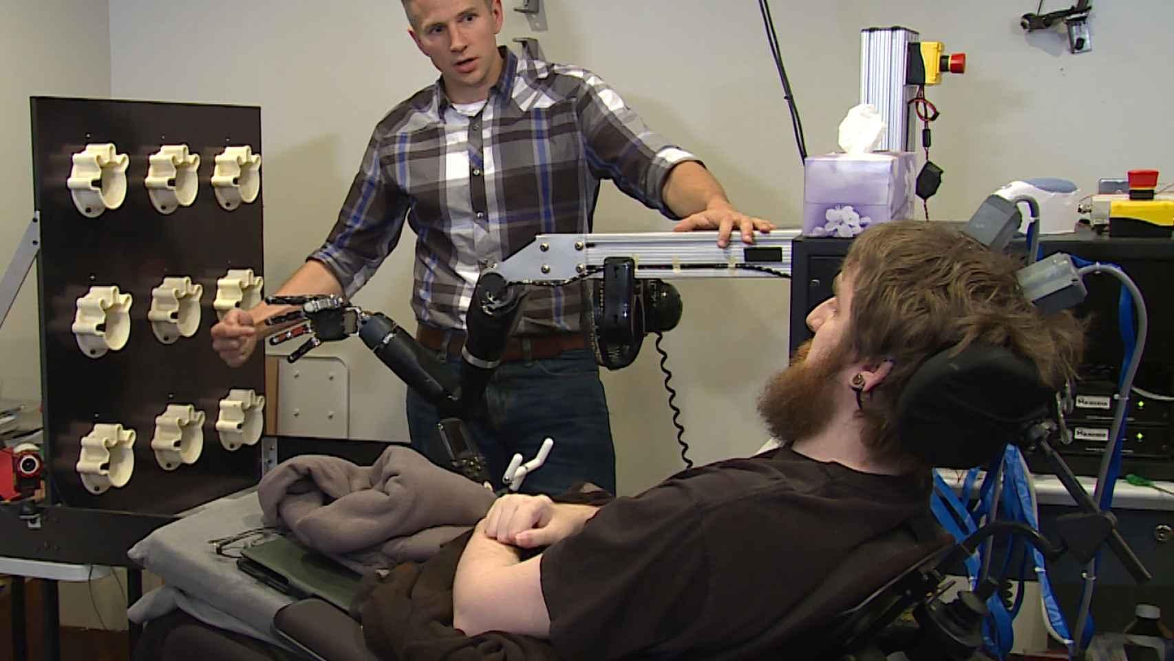 El investigador Rob Gaunt efectúa un test de sensibilidad a Nathan Copeland.
