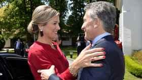 Máxima 'abraza' al presidente Mauricio Macri.