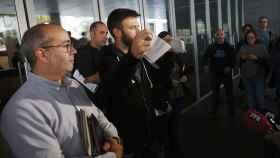 Momento en el que el tercer teniente de alcalde de Badalona rompe la orden judicial