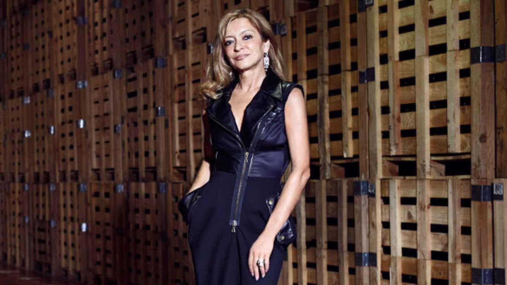 Cristina Forner posa en las bodegas de Marqués de Cáceres.