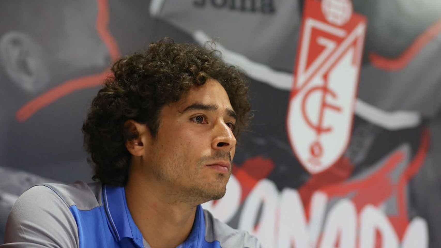 Guillermo Ochoa, durante una rueda de prensa con el Granada.
