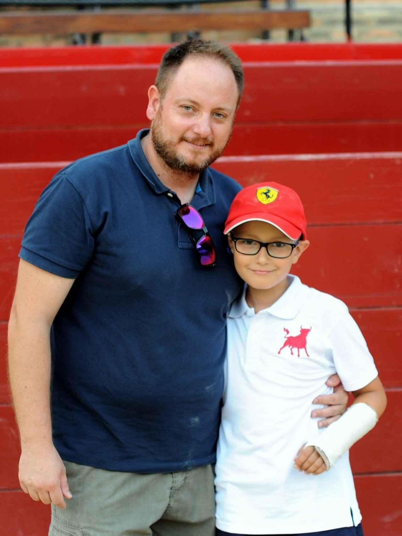 Adrián junto a su padre, Eduardo Hinojosa