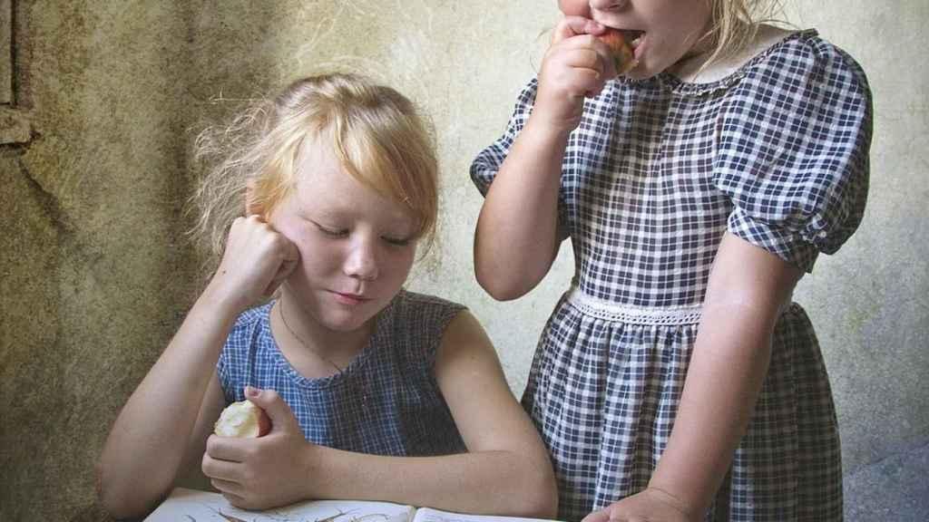 niños muerden manzana
