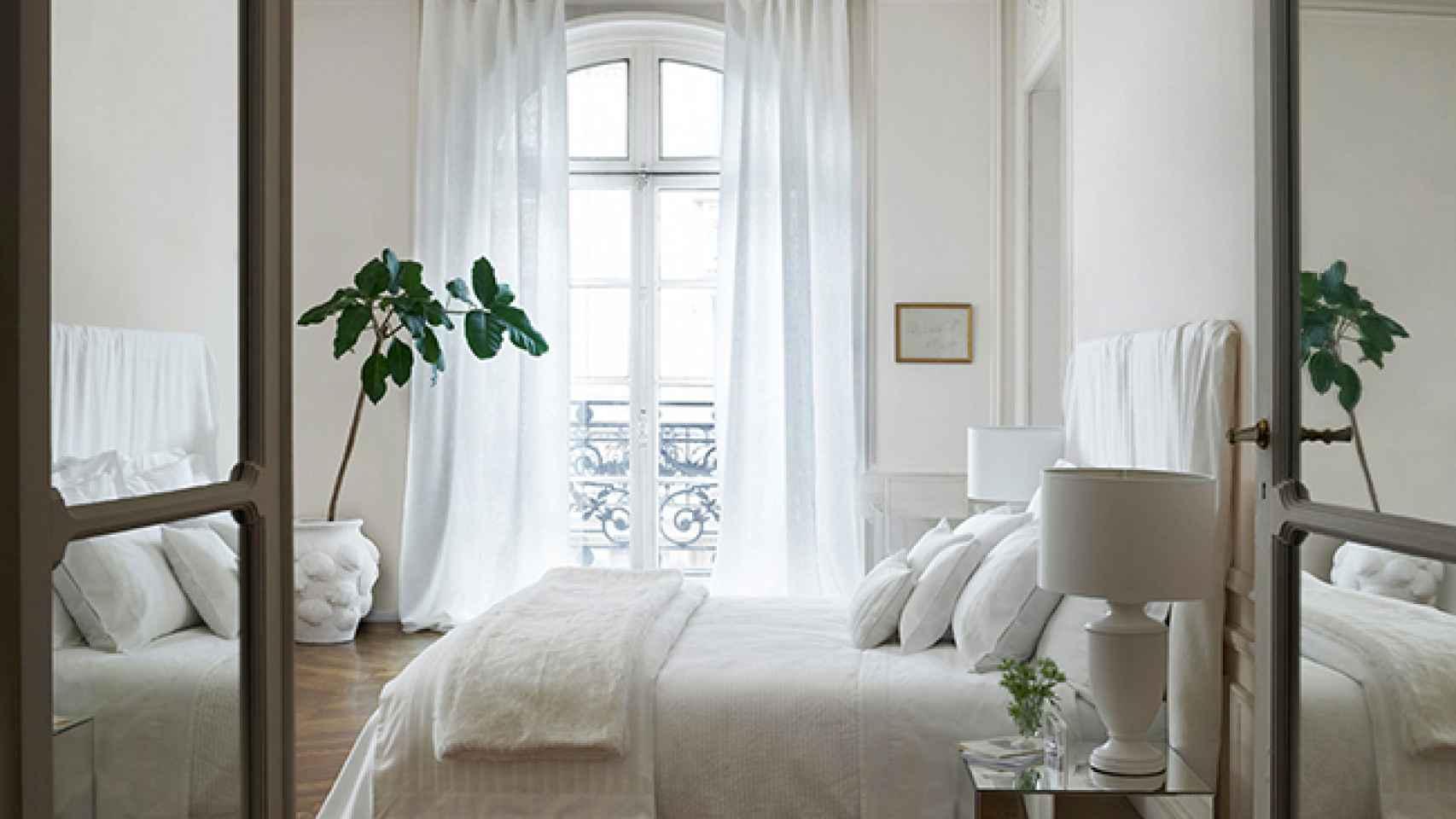 Las paredes blancas amplían visualmente el espacio, además de transmitir pureza. Foto: Zara Home.