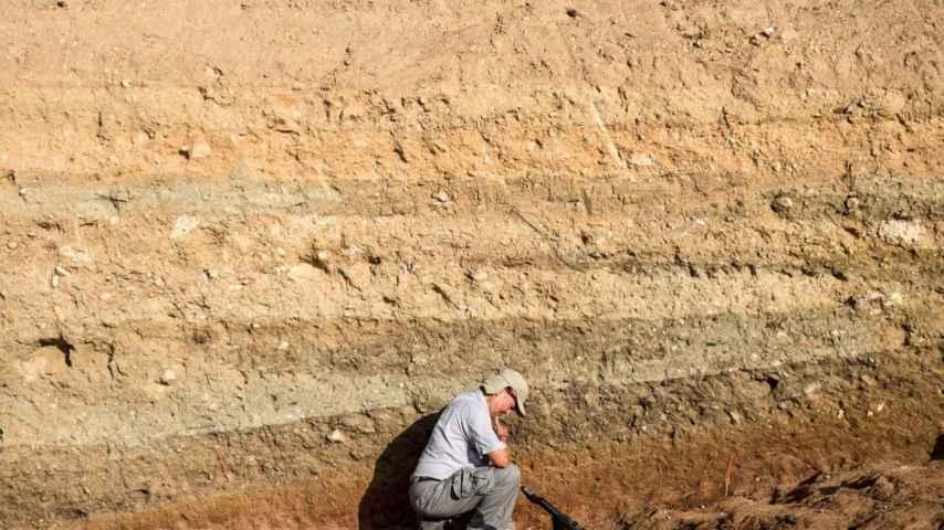El arqueólogo Miguel Ángel Zapater usa el detector de metales en busca de la fosa.