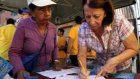 Dos militantes de la oposición venezolana se inscriben de cara a la recolección de firmas.
