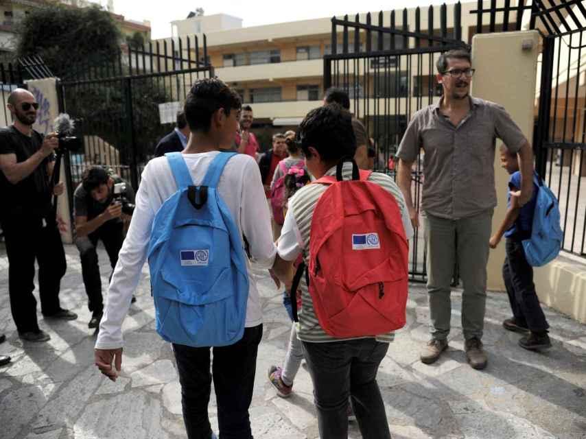 Niños refugiados vuelven al colegio en Grecia en un programa de normalización escolar.