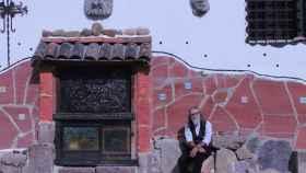 Luigi Maráez, poeta y escultor, es sevillano pero vive en Trasmoz. Ha convertido su hogar en un Museo de las Brujas.