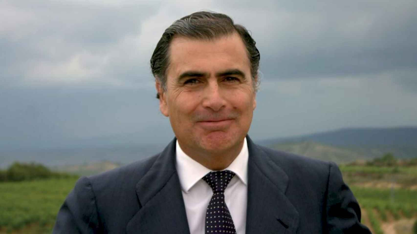 Alejandro Aznar posa en sus viñedos.