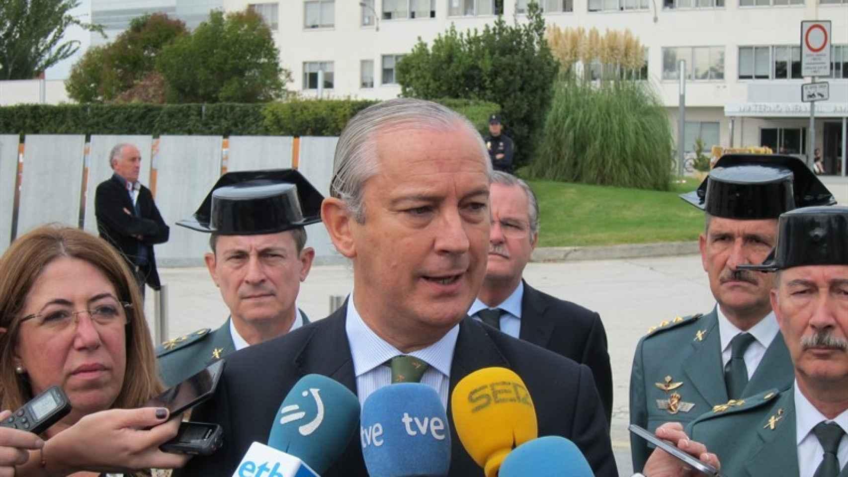 Fernández de Mesa, durante su visita a los agentes heridos.
