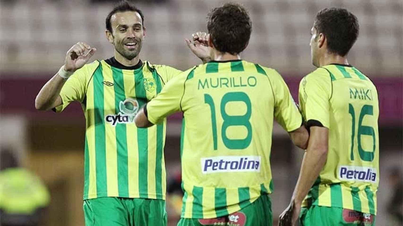 David Catalá, de cara, saluda a Ander Murillo.