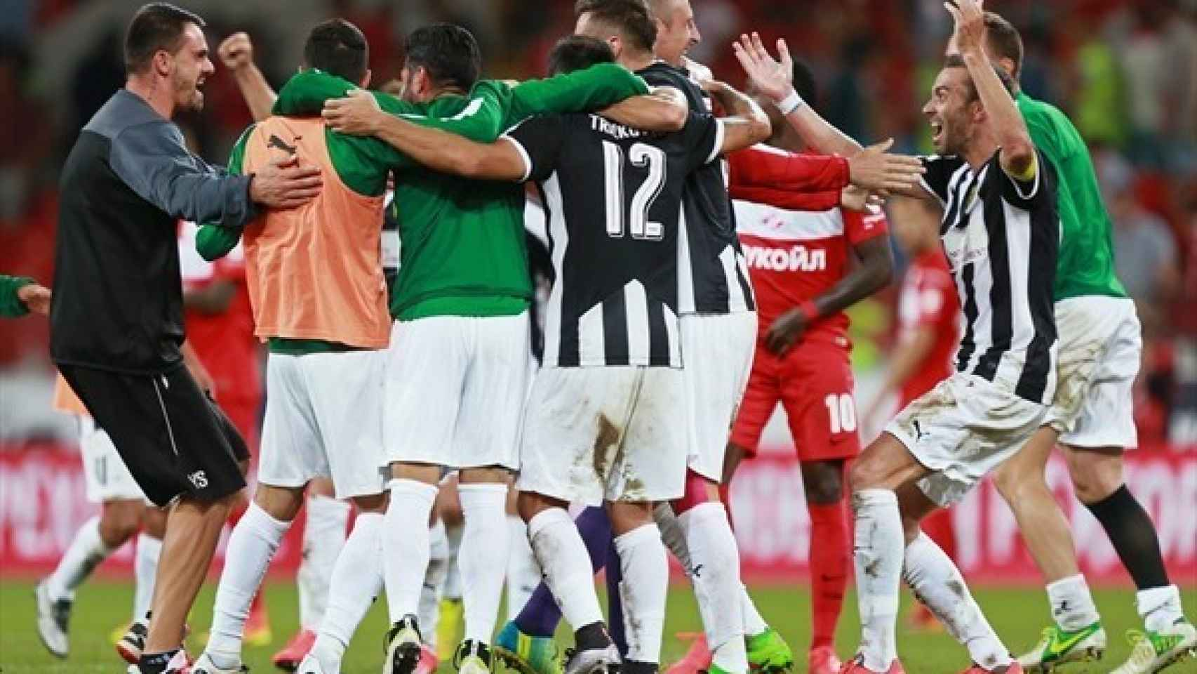 Los jugadores del AEK celebran su histórica visita en Moscú.