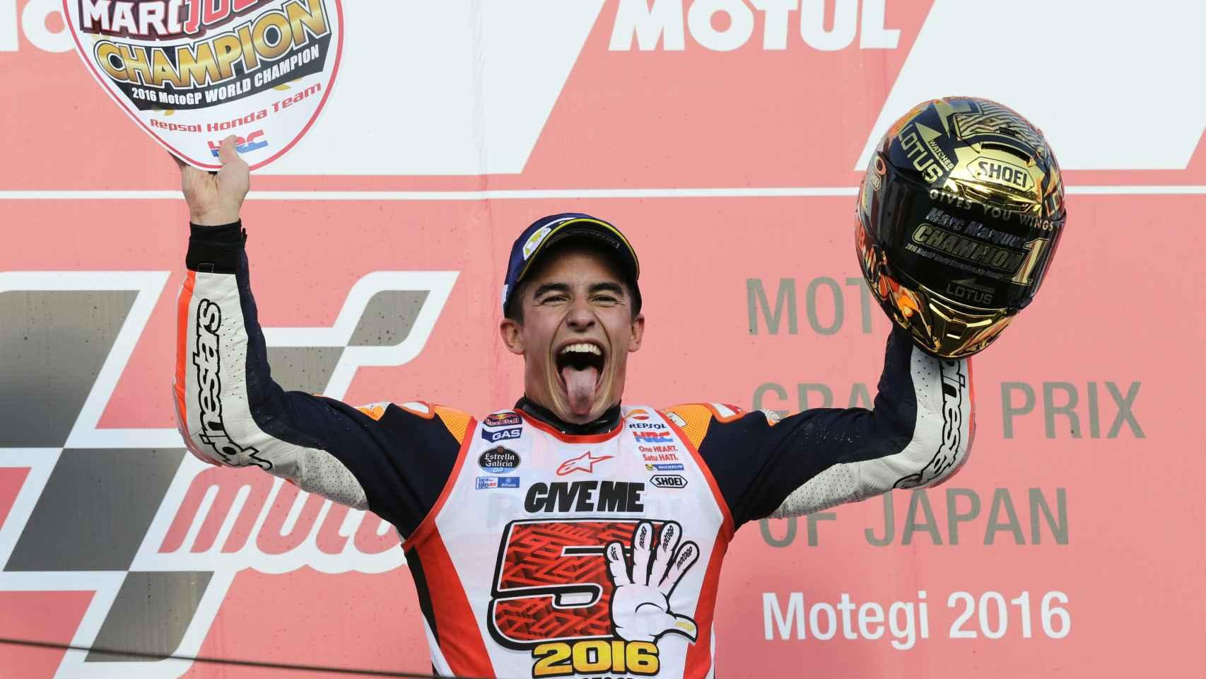 Márquez celebra en el podio su éxito.