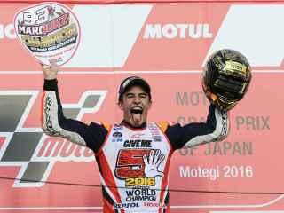 Márquez celebra su éxito en el podio de Motegi.