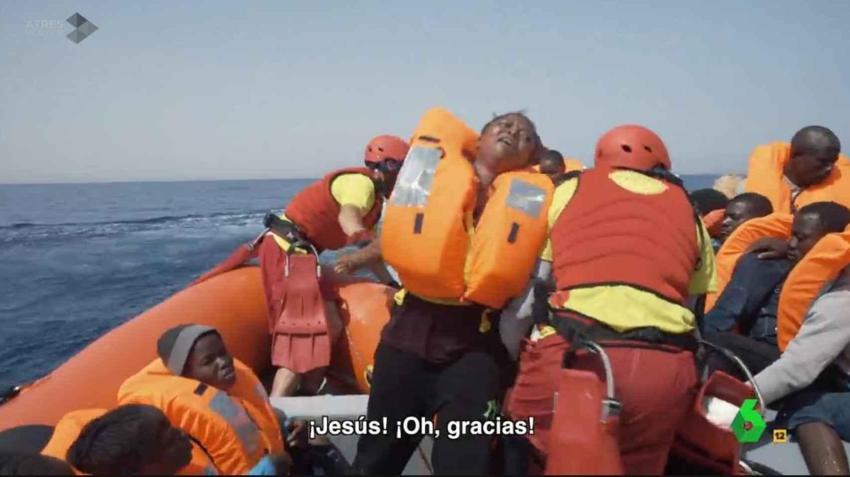Una de las mujeres rescatadas por la tripulación del Astral da las gracias.