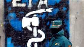 Un Guardia Civil pasa junto a un anagrama de ETA en Alsasua, en foto de archivo.