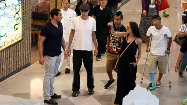 Angelina Jolie con su hermano james Heaven y sus hijos en un centro comercial hace unos años