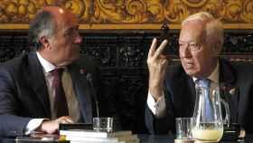 El ministro García-Margallo (d), conversa con el alcalde de Algeciras, José Ignacio Landaluce.