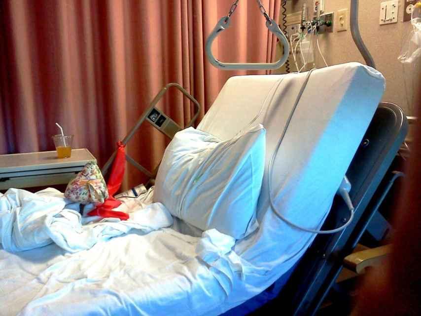 Una cama de hospital vacía.