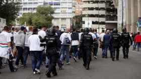 Aficionados del Legia escoltados por la Policía en Madrid.