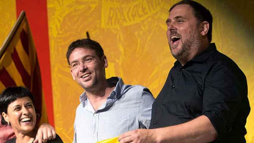 Oriol Junqueras (d), junto al líder de Podemos Catalunya, Dante Fachín (c), y la dirigente de la CUP, Anna Gabriel (i).