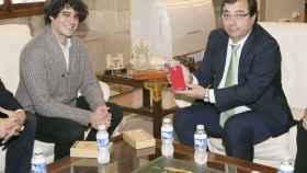 Unai Nieto, cofundador de Zetta, junto a Guillermo Fernández Vara, a la derecha, en una reunión mantenida en noviembre.