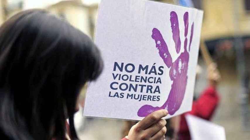Una mujer porta una pancarta en contra de la violencia machista.