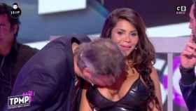 Jean-Michel Maire besa el pecho a la bailarina Soraya.