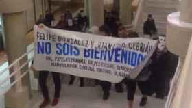 Pancarta contra Cebrián y González.