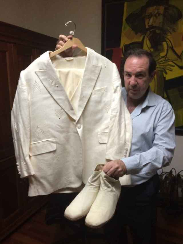 Uno de los trajes de Juan Gabriel que se subastarán