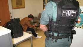 Patrick, el presunto asesino de Pioz, junto a un agente de la Guardia Civil.