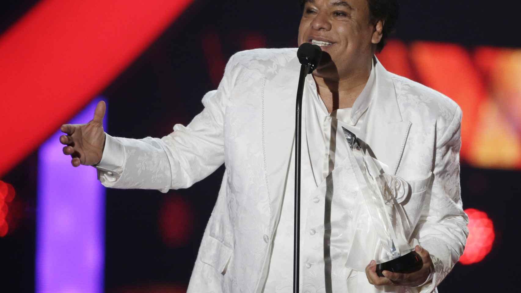 El cantante Juan Gabriel sobre el escenario