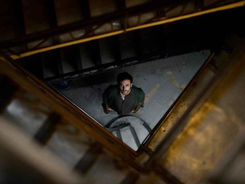 Pablo Messiez,  en las escaleras del Teatro Pavón Kamikaze.
