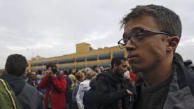 El número dos de Podemos, Íñigo Errejón, durante su visita a las inmediaciones del CIE