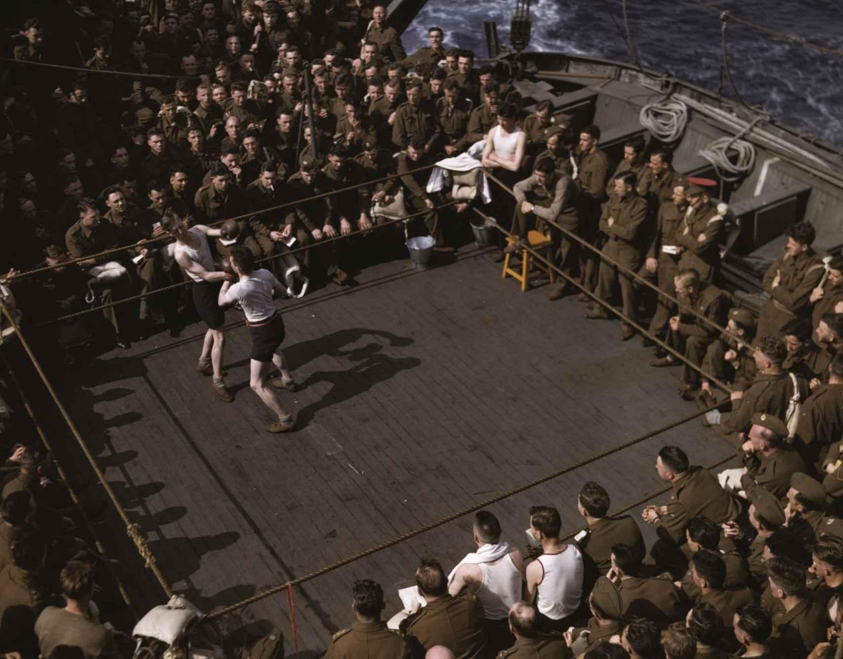 Soldados ingleses en una pelea de boxeo en un barco inglés hacia en Norte de África.