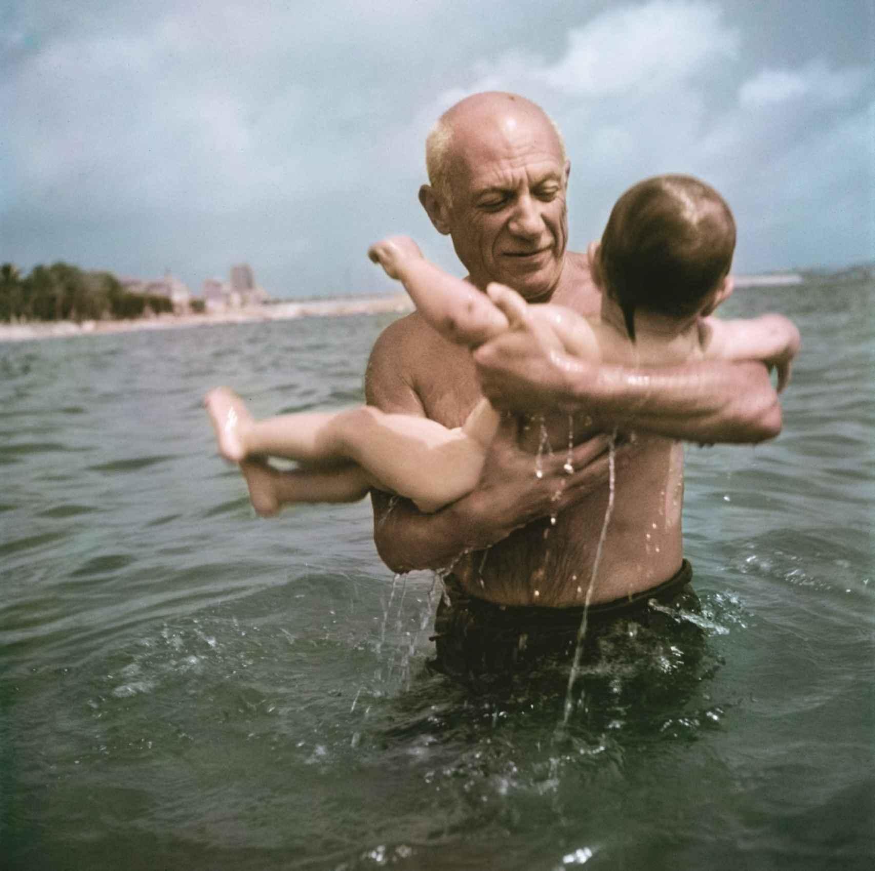 Picasso jugando con su hijo Claude, en la playa de Vallauris, Francia.