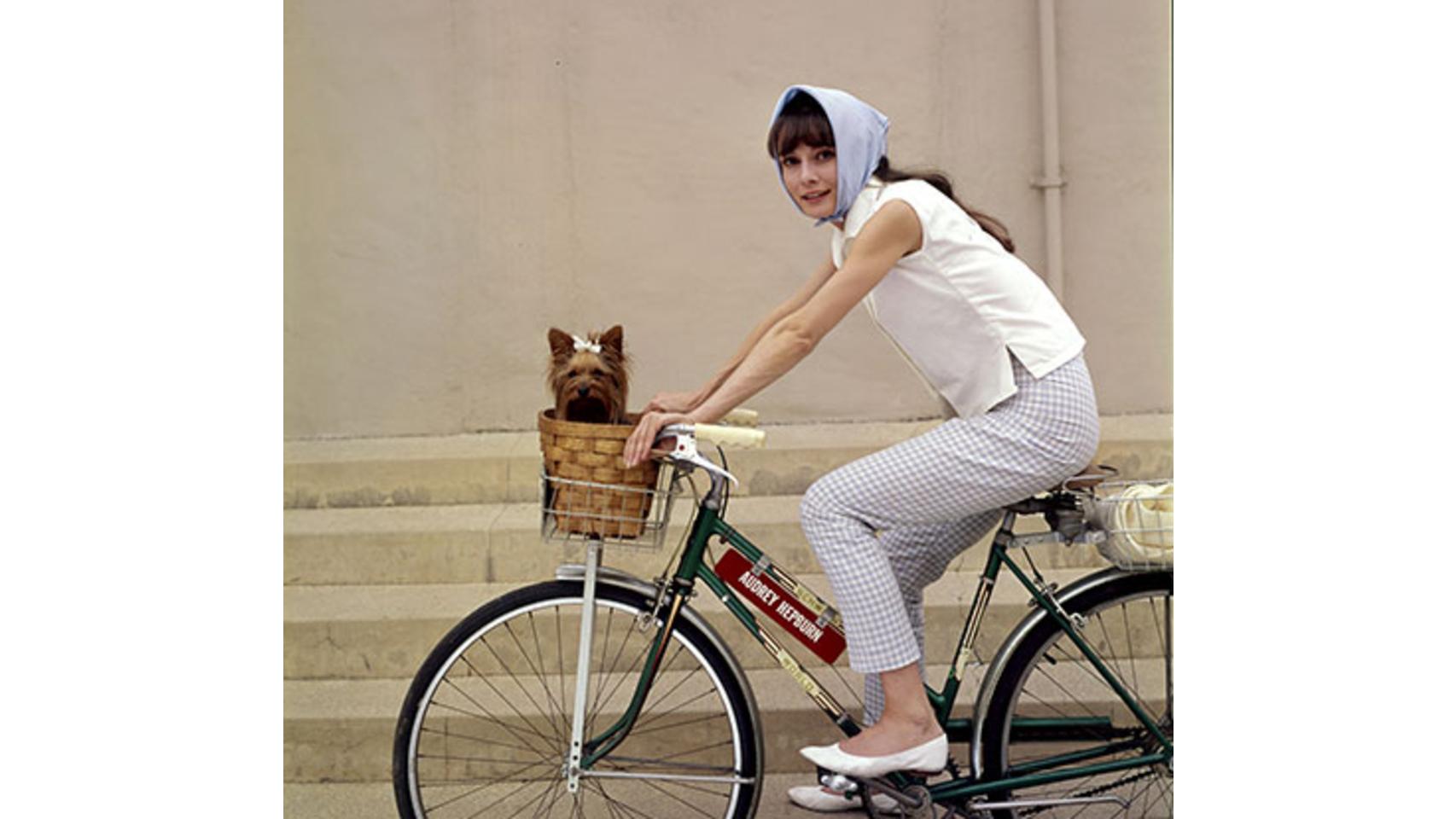 Audrey Hepburn dando un paseo con su perrita.