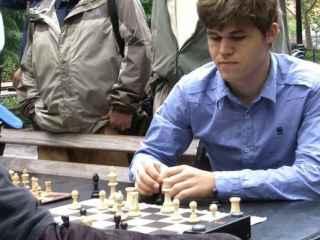 Magnus Carlsen durante su partida de ajedrez en Washington Square Park.