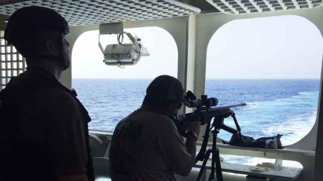Un operario de UC Global a bordo del yate `The World´.