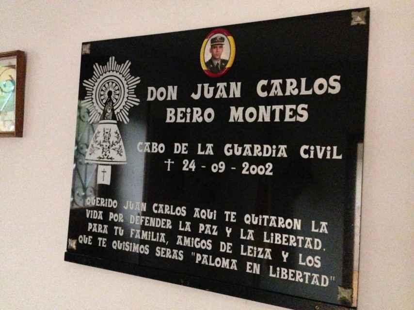 Placa en homenaje al sargento Beiro que hay dentro del cuartel de Leitza.