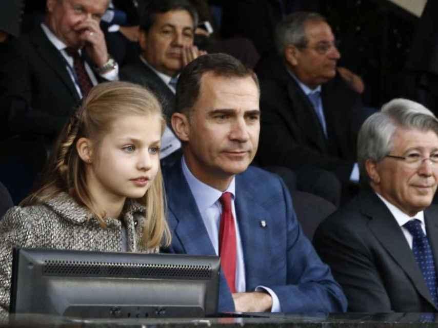 La infanta Leonor junto a su padre en un partido de fútbol.