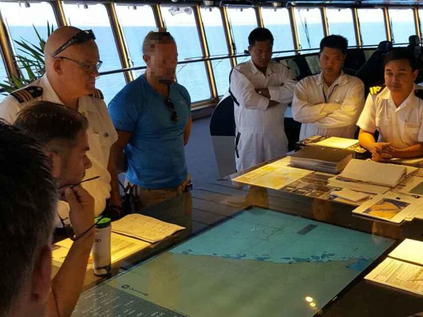 La tripulación del `MS The World´y uno de los mercenarios españoles, junto al radar del barco.