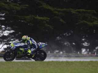 Valentino Rossi pilota su Yamaha bajo el diluvio australiano.
