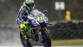 Valentino Rossi pilota su Yamaha YZR-M1 bajo la lluvia, en el circuito de Phillip Island.