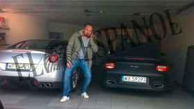Pierre Dadak posa junto algunos de sus coches de alta gama.