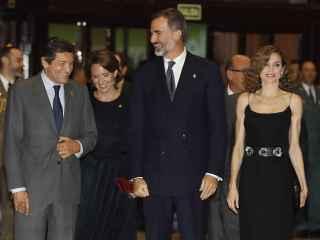 Los reyes Felipe VI y doña Letizia junto al presidente asturiano, Javier Fernández
