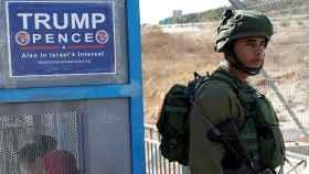 Un cartel de campaña de Trump, en un control cerca de una colonia judía en Cisjordania.
