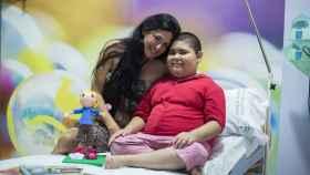 Rubén Darío Ávalos, de 11 años, junto a su madre Liliana Flores.